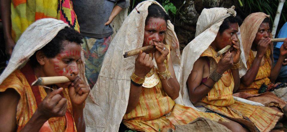 Papua asszonyok játszanak a Susap nevű pápua dorombon.